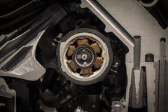 Ηλεκτρονόμος σε μια μηχανή του σύγχρονου αυτοκινήτου στοκ φωτογραφία