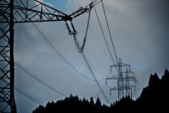 Ηλεκτροφόρα καλώδια γύρω από την εθνική οδό στην Ελβετία στοκ φωτογραφία με δικαίωμα ελεύθερης χρήσης