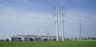 Ηλεκτροφόρα καλώδια και σταθμός παραγωγής ηλεκτρικού ρεύματος στοκ εικόνες