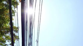 Ηλεκτροφόρο καλώδιο στον ηλεκτρικό πόλο, ιδιαίτερα επικίνδυνος κατώτερος μπλε ουρανός φιλμ μικρού μήκους