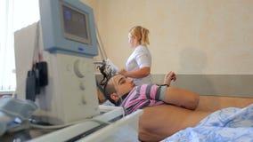Ηλεκτρο θεραπευτική επεξεργασία της πλάτης για το άτομο απόθεμα βίντεο