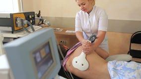 Ηλεκτρο θεραπευτική επεξεργασία της πλάτης για το άτομο φιλμ μικρού μήκους