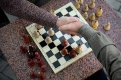 Ηληκιωμένοι που τινάζουν τα χέρια μετά από το παιχνίδι ελέγχου στοκ εικόνα με δικαίωμα ελεύθερης χρήσης