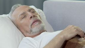 Ηληκιωμένος που βρίσκονται στο κρεβάτι και που έχουν το NAP, καλές υγείες και υγιής ύπνος, υπόλοιπο απογεύματος φιλμ μικρού μήκους