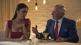 Ηληκιωμένος που κάνει την πρόταση στη νέα κυρία στον καφέ, εμπορικό κορίτσι που αρνείται το δαχτυλίδι φιλμ μικρού μήκους