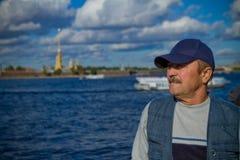 Ηληκιωμένος στο υπόβαθρο της πόλης και του ποταμού Στοκ φωτογραφία με δικαίωμα ελεύθερης χρήσης