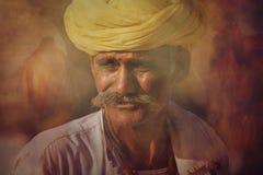 Ηληκιωμένος Rajasthani στα πλαίσια των καμηλών του Στοκ Φωτογραφία
