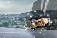 Ηλιακά κύτταρα Οι επιχειρηματίες υπολογίζουν την επένδυση στοκ εικόνα με δικαίωμα ελεύθερης χρήσης