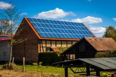 Ηλιακά κύτταρα σε μια στέγη στοκ φωτογραφία με δικαίωμα ελεύθερης χρήσης