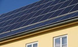 Ηλιακά κύτταρα σε μια στέγη στοκ φωτογραφία