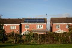 Ηλιακά κύτταρα στη στέγη στοκ εικόνες με δικαίωμα ελεύθερης χρήσης