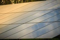 Ηλιακά κύτταρα (φωτοβολταϊκή επιτροπή) με την αντανάκλαση του φωτός του ήλιου στοκ εικόνες