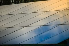 Ηλιακά κύτταρα (φωτοβολταϊκή επιτροπή) με την αντανάκλαση του φωτός του ήλιου στοκ εικόνα με δικαίωμα ελεύθερης χρήσης
