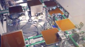 Ηλιακά πιάτα ενότητας που κινούνται κατά μήκος της ζώνης μεταφορέων σε διάφορες σειρές απόθεμα βίντεο