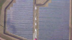 Ηλιακά πλαίσια και αγρόκτημα ανανεώσιμης ενέργειας Εναέριες βιντεοσκοπημένες εικόνες κηφήνων που κοιτάζουν κάτω επάνω στις σειρές φιλμ μικρού μήκους