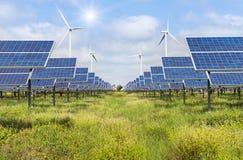 Ηλιακά πλαίσια και ανεμοστρόβιλοι που παράγουν την ηλεκτρική ενέργεια στην πράσινη ενέργεια σταθμών παραγωγής ηλεκτρικού ρεύματος Στοκ φωτογραφίες με δικαίωμα ελεύθερης χρήσης