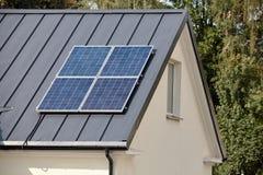 Ηλιακά πλαίσια που εγκαθίστανται και σε λειτουργία για την ανανεώσιμη οικολογική καθαρή πράσινη ενέργεια στη σκοτεινή στέγη μετάλ στοκ φωτογραφία με δικαίωμα ελεύθερης χρήσης