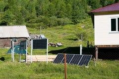 Ηλιακά πλαίσια σε έναν καιρικό σταθμό στα βουνά στοκ εικόνες με δικαίωμα ελεύθερης χρήσης