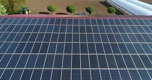 Ηλιακά πλαίσια στη στέγη, βιομηχανικό μέρος μιας μικρής πόλης με τις στέγες που καλύπτονται με τις επιτροπές ηλιακής ενέργειας απόθεμα βίντεο