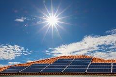 Ηλιακά πλαίσια στη στέγη, ενέργεια φυσικού στοκ φωτογραφία