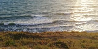 Ηλιακή διαδρομή στα κύματα της κυματωγής θάλασσας στοκ εικόνες