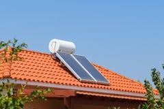 Ηλιακοί επιτροπή θέρμανσης νερού και συλλέκτης νερού σε μια στέγη σπιτιών στοκ φωτογραφία με δικαίωμα ελεύθερης χρήσης