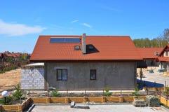 Ηλιακοί θερμοσίφωνας, ηλιακά πλαίσια και φεγγίτες, όμορφο νέο σύγχρονο σπίτι με την ηλιακή θέρμανση επιτροπής νερού στοκ φωτογραφία με δικαίωμα ελεύθερης χρήσης
