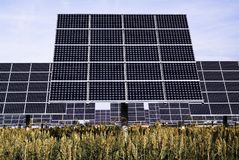 Ηλιακοί ιχνηλάτες, φωτοβολταϊκή συσκευή που προσανατολίζει ένα ωφέλιμο φορτίο προς τον ήλιο στοκ φωτογραφίες