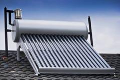 Ηλιακός θερμοσίφωνας - εκκενωθε'ντες σωλήνες γυαλιού Στοκ Εικόνες