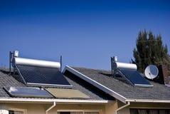 Ηλιακός θερμοσίφωνας - εκκενωθε'ντες σωλήνες γυαλιού Στοκ εικόνα με δικαίωμα ελεύθερης χρήσης
