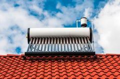 Ηλιακός λέβητας θερμοσιφώνων στη residentual στέγη σπιτιών Στοκ Εικόνα