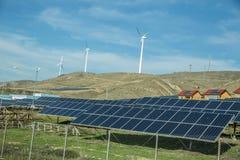 Ηλιακός-τροφοδοτημένο σύστημα ηλεκτρικής ενέργειας Ηλιακό πλαίσιο, φωτοβολταϊκή, εναλλακτική πηγή ηλεκτρικής ενέργειας Αιολικό πά στοκ εικόνες με δικαίωμα ελεύθερης χρήσης