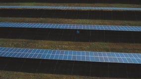 Ηλιακό αγρόκτημα μπαταριών Πυροβοληθείς στον κηφήνα απόθεμα βίντεο