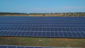 Ηλιακό αγρόκτημα μπαταριών στον τομέα Πυροβοληθείς στον κηφήνα απόθεμα βίντεο