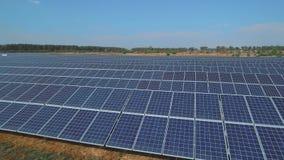 Ηλιακό αγρόκτημα μπαταριών στο λιβάδι Πυροβοληθείς στον κηφήνα απόθεμα βίντεο