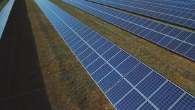 Ηλιακό αγρόκτημα μπαταριών στο λιβάδι Πυροβοληθείς στον κηφήνα φιλμ μικρού μήκους