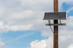 Ηλιακό πλαίσιο που συνδέεται με τον τηλεφωνικό πόλο Στοκ εικόνες με δικαίωμα ελεύθερης χρήσης