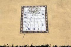 Ηλιακό ρολόι σε έναν τοίχο Στοκ φωτογραφίες με δικαίωμα ελεύθερης χρήσης