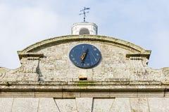Ηλιακό ρολόι σε μια παλαιά πρόσοψη οικοδόμησης Στοκ Φωτογραφία