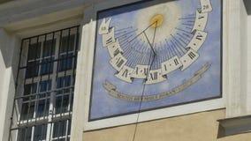 Ηλιακό ρολόι στην οικοδόμηση απόθεμα βίντεο