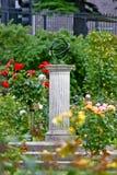 Ηλιακό ρολόι στη φυτεία με τριανταφυλλιές, Δουβλίνο, Ιρλανδία στοκ φωτογραφία με δικαίωμα ελεύθερης χρήσης