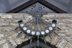 Ηλιακό ρολόι στις πύλες του σπιτιού στοκ φωτογραφίες με δικαίωμα ελεύθερης χρήσης