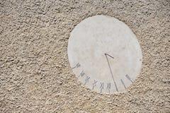 Ηλιακό ρολόι στον τοίχο Στοκ φωτογραφία με δικαίωμα ελεύθερης χρήσης