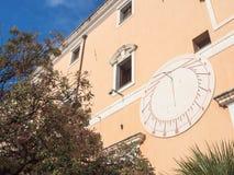 Ηλιακό ρολόι στο ιστορικό κτήριο Στοκ Φωτογραφίες