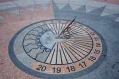Ηλιακό ρολόι στο τετράγωνο στην ημέρα Στοκ φωτογραφίες με δικαίωμα ελεύθερης χρήσης