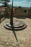 Ηλιακό ρολόι φιαγμένο από σίδηρο πέρα από τον πύργο πετρών Avila στοκ φωτογραφίες με δικαίωμα ελεύθερης χρήσης