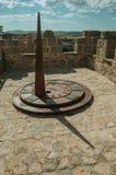 Ηλιακό ρολόι φιαγμένο από σίδηρο πέρα από τον πύργο πετρών Avila στοκ φωτογραφία