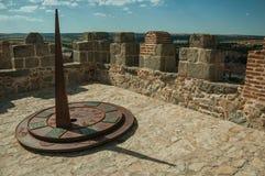 Ηλιακό ρολόι φιαγμένο από σίδηρο πέρα από τον πύργο πετρών Avila στοκ φωτογραφία με δικαίωμα ελεύθερης χρήσης
