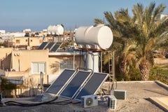 Ηλιακό σύστημα θέρμανσης νερού σε μια στέγη σπιτιών στοκ φωτογραφία