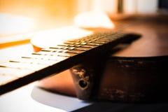 Ηλικίας κινηματογράφηση σε πρώτο πλάνο κιθάρα Στοκ Εικόνα